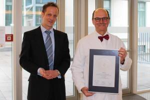 Siegelübergabe mit Univ.-Prof. Dr. med. Schabus und Axel Müller