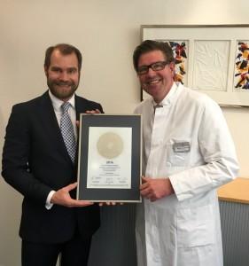 Übergabe des PRIMO MEDICO Siegels an Dr. Matthias Schlensak