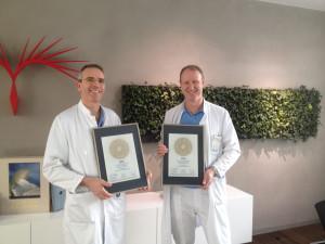 Auszeichnung mit dem PRIMO MEDICO Siegels an Prof, Roberto Corti (links) und Prof. Jürg Grünenfelder (rechts)