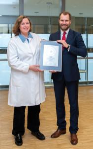 Übergabe des PRIMO MEDICO Siegels an Prof. Dr. Beate Timmermann (links)