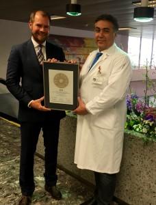 Übergabe des PRIMO MEDICO Siegels an Prof. Constantinescu (rechts)