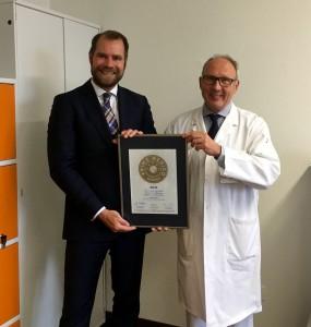 Übergabe des PRIMO MEDICO Siegels an Prof. Schmidli  (rechts)