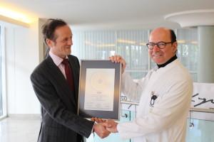 Übergabe des PRIMO MEDICO Siegels 2016 an Prof. Schabus (rechts)