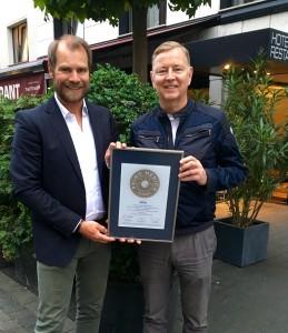 Übergabe des PRIMO MEDICO Siegels 2016 an Prof. Ennker (rechts)