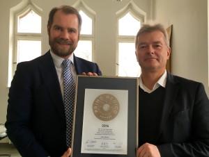 Übergabe des PRIMO MEDICO Siegels an Prof. Fietze (rechts)
