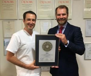 Übergabe des PRIMO MEDICO Siegels an Dr. Brunner  (links)
