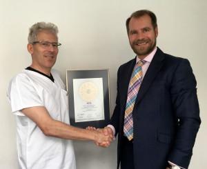 Übergabe des PRIMO MEDICO Siegels an Prof. Tamm (links)