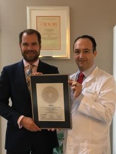 Übergabe des PRIMO MEDICO Siegels an Prof. Valderrabano (rechts)