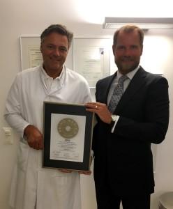Übergabe des Siegels 2016 an Prof. Breymann (links)