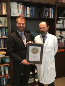 Professor Krauss wird das PRIMO MEDICO Siegel 2016 verliehen.