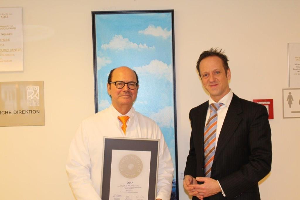 Übergabe des PRIMO MEDICO-Siegels 2016 an Prof. Schabus (links)