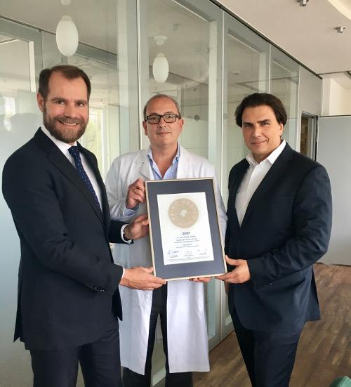 Übergabe des PRIMO MEDICO Siegels 2017 an Dr. Staikov (Mitte) und Krankenhausdirektor Dr. Kage (rechts)