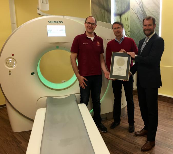 Übergabe des PRIMO MEDICO Siegels 2017 an Prof. Görich (Mitte) und Krankenhausdirektor Dr. Buss (rechts)
