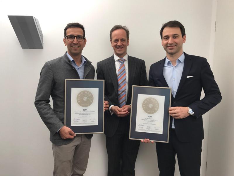 Übergabe des PRIMO MEDICO Siegels 2017 an Dr. Lonic (rechts) und Dr. Loeffelbein (links)