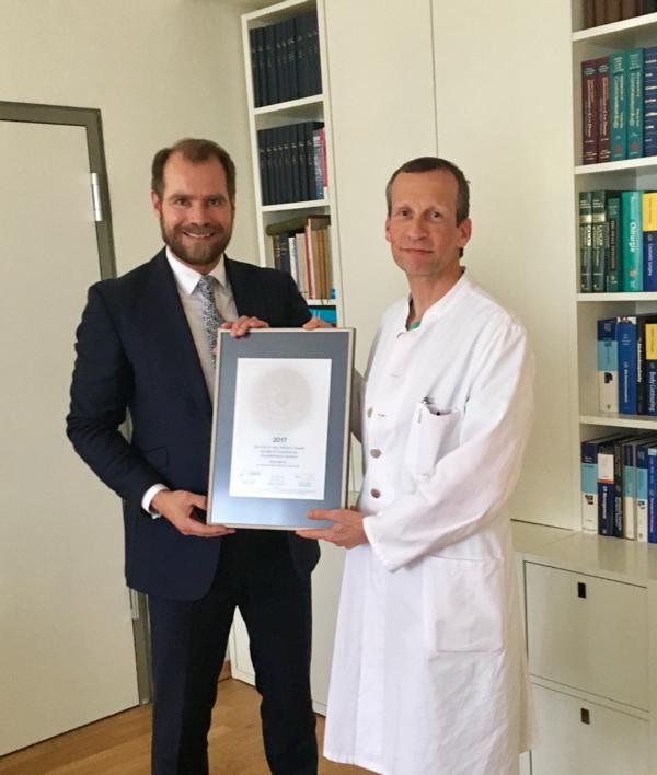 Siegelübergabe 2017 an PRIMO MEDICO-Mitglied Prof. Knoefel