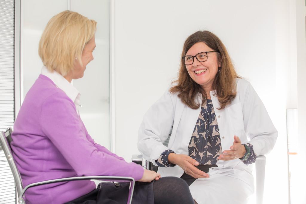 Diplompsychologin Franziska Neufeld (rechts) im Gespräch mit einer Patientin. (Foto: Steffen Leiprecht)