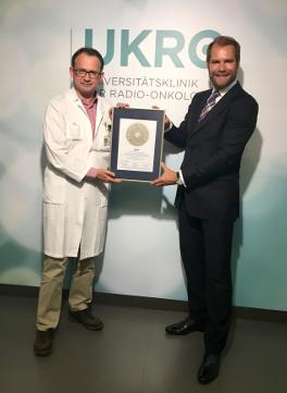 Siegelübergabe 2017 an PRIMO MEDICO- Mitglied Prof. Aebersold