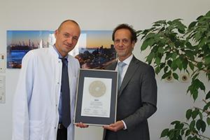 Siegelübergabe 2017 an PRIMO MEDICO-Mitglied Dr. Bielesch