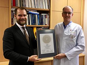 Siegelübergabe 2017 an PRIMO MEDICO- Mitglied Prof. Dorweiler