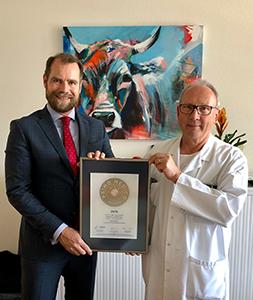 Siegelübergabe 2018 an PRIMO MEDICO- Mitglied Prof. Dr. med. Jürg Schmidli