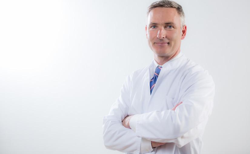 Priv.-Doz. Dr. Andreas Lenich, Chefarzt für Unfallchirurgie am Helios Klinikum München West, rät bei Glätte und Rutschgefahr im Winter zum Pinguin-Gang