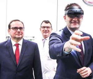 Oberbürgermeister Kufen und Bundesgesundheitsminister Spahn beim Testen der Virtual Surgery Intelligence (VSI), um mit einer Mixed Reality-Brille freihändig Sprachsteuerung und Gestik zu bedienen