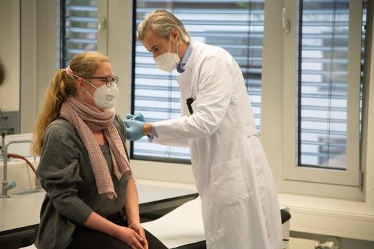 Impfung einer Mitarbeiterin der Universitätsmedizin Essen