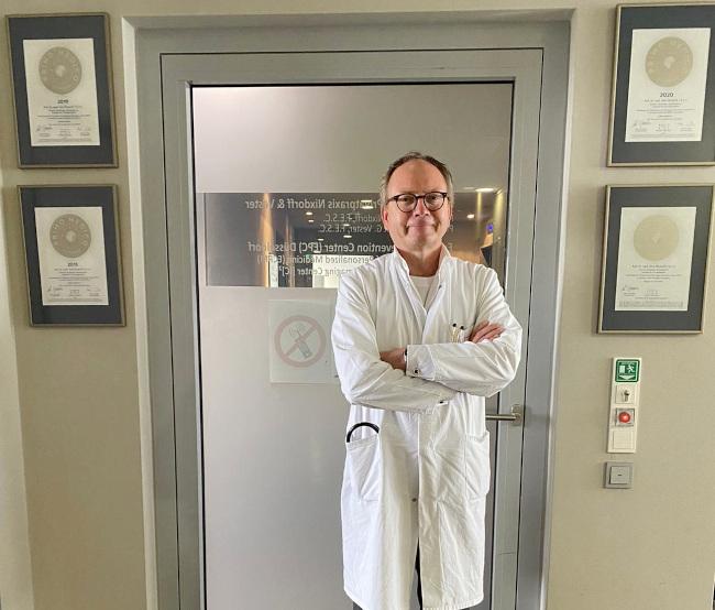4 PRIMO MEDICO Siegel hat Prof. Nixdorff erhalten.